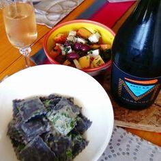 K.O. Brut Morandé y ravioles negros rellenos de jaiba