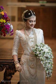 White Saree Wedding, Wedding Sarees, Bridal Outfits, Bridal Dresses, Sri Lankan Wedding Saree, Wedding Dreams, Dream Wedding, Wedding Frocks, Bridal Sari