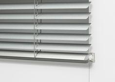 Horizontale aluminium lamellen Deluxe uitvoering zijn steeds in badkamerkwaliteit. De onderlat kan voorzien worden van een fixeerbeugel.