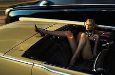 Charlize en auto convertible