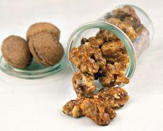 Noci caramellate al peperoncino. Uno snack fuori dal comune per un aperitivo o uno snack pomeridiano. I nutrienti della frutta secca con l'energia dello zucchero: il binomio perfetto per fare il pieno di salute!