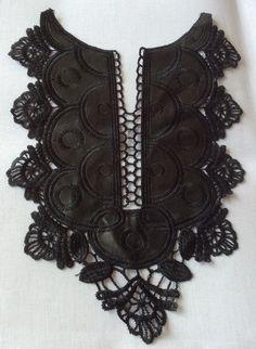 http://infantialia.es/es/home/22-aplicacion-de-cuello-para-vestido-o-camiseta.html Aplicación de cuello de polipiel y guipur para adornar vestidos o camisetas, tanto infatiles como adultos. Color negro. 30 cms largo x 20 cms ancho.