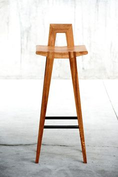 GRABLE HIGH STOOL - Designer Bar stools from QoWood ✓ all information ✓ high-resolution images ✓ CADs ✓ catalogues ✓ contact information ✓. Cool Bar Stools, Wooden Bar Stools, Wood Stool, Counter Stools, Stool Chair, Diy Chair, Chair Pads, Swivel Chair, Chair Design Wooden