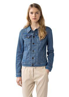 Ein cooler Style aus einem Electric-Blue Denim mit akzentuierenden Teilungsnähten und Kontraststichen. Das formstabile Material ist für einen angenehmen und passgenauen Sitz mit Stretch versehen. Aus 90% Baumwolle, 8% Polyester und 2% Elastan...