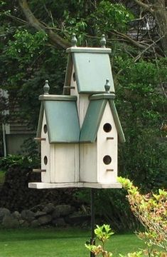 the coolest birdhouse i've ever seen Pombal, Victorian Birdhouses, Painted Birdhouses, Rustic Birdhouses, Bird Houses Diy, Fairy Houses, Large Bird Houses, Purple Martin House, Martin Bird House