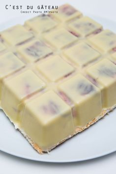 J'ai de nouveau emprunté le moule tablette Guy Demarle à ma maman (merciiiii !) pour tenter de réaliser un dessert de fête : un entremets en forme de tablette de chocolat blanc, avec une mousse au …