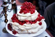 Schuimtaart met aardbeien, frambozen en bessen
