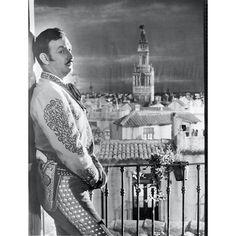 """JALISCO CANTA EN SEVILLA. Inicia rodaje en Madrid, España en Julio de 1948, bajo la dirección y adaptación de Fernando De Fuentes Carrau. Argumento: Adolfo Tornado y Paulino Massip. Fotografía : Victor Herrera. Música: Manuel Quiroga. Escenografía: Sigfrido Burman. Estreno en México el 18 de Marzo de 1949. Intérpretes: JORGE NEGRETE, CARMEN SEVILLA, ARMANDO SOTO LA MARINA """"EL CHICOTE""""."""