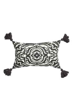 Cushion cover with tassels: Cushion cover in patterned cotton with tassels in the corners and a concealed zip. Cushion Cover Designs, Cushion Covers, Pillow Covers, Bedroom Cushions, Bed Pillows, H&m Fashion, Fashion Online, Interior Design Inspiration, Decor Interior Design