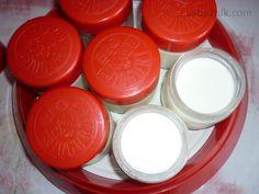 Domácí jogurt pod peřinou 2l mléka velký jogurt cca 400g mléko zahřejeme na 42 °C, pak vmícháme jogurt, případně lžíci cukru, přelijeme do nádoby, nádobek,... a dáme do postele pod peřinu. Petku naplněnou teplou vodou můžeme použít jako udržovač tepla... Detail, Mascarpone