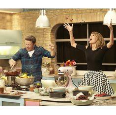 お菓子作りが大好きなテイラー・スウィフト。イギリスのカリスマシェフ、ジェイミー・オリヴァーとキッチンで対決!?