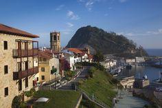 Getaria, uno de los pueblos costeros más bellos de España. Disfruta de su rica gastronomía y no menos rica historia, con un casco viejo absolutamente maravilloso.Getaria (Guipúzcoa)