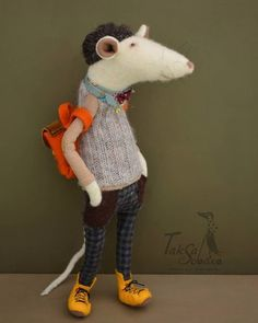 Rat backpacking through Europe. Fabric Animals, Felt Animals, Fabric Birds, Mouse Crafts, Handmade Stuffed Animals, Felt Mouse, Needle Felted, Fabric Toys, Creation Couture