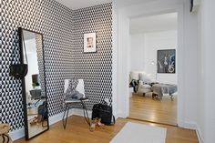 Black and white modern wallpaper in hallway New Living Room, Living Spaces, Bathroom Inspiration, Interior Inspiration, Appartement Design, Modern Wallpaper, Print Wallpaper, Cool Walls, Home Accessories