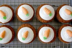 I love Carrot Cake, and these cupcakes are perfect portions of carrot cake! Carrot Cake Cupcakes, Easter Cupcakes, Cupcake Cakes, Easter Recipes, Baby Food Recipes, Sweet Recipes, Köstliche Desserts, Delicious Desserts, Yummy Food