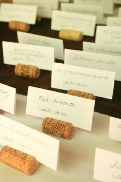 Una manera interesante reciclar los corchos es usarlos para colocar los nombres de los invitados en las mesas #bodasverdes