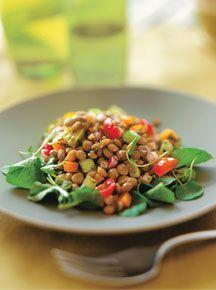 Salada mediterrânea • 1 xic. (chá) de lentilha • 1/2 pepino em cubos • 1/2 cenoura em cubos • 4 rabanetes em cubos • 8 tomates-cereja cortados ao meio • Sal, limão e pimenta a gosto • 2 col. (sopa) de amêndoa tostada sem a pele e cortada em pedaços • 1 maço pequeno de agrião Molho básico • 2 col. (sopa) de azeite extravirgem • 2 col. (sobremesa) de vinagre de vinho branco • Sal a gosto • 2 col. (sopa) de salsa picada