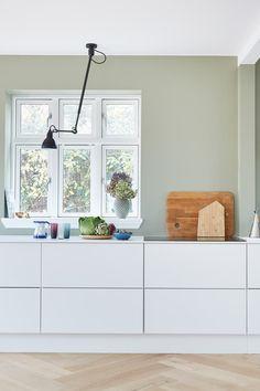 """""""Det er vigtigt for os at vide, at intet kunne være gjort bedre"""" Homey Kitchen, Kitchen Lamps, Diy Kitchen Storage, Scandinavian Kitchen, Home Decor Kitchen, Kitchen Interior, Kitchen White, Minimalist Kitchen, Cuisines Design"""