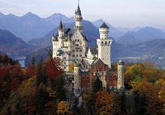O castelo é o de Neuschwanstein, situado na cidade de Füssen, a 132 km ao sudoeste de Munique. Eleva-se a quase mil metros de altitude, ent...