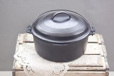 Beautiful Wagner Ware dutch oven manufactured in the 1930's in excellent condition; perfect fathers day gift.