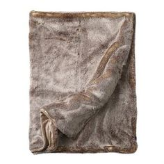Snuggle up on the sofa with the extravagant faux fur throw from Newport. The throw is made of polyester and is extremely soft and has a lifelike look. Use the throw on chilly days and match it together with other elegant interior details from Newport. Choose from different colors.