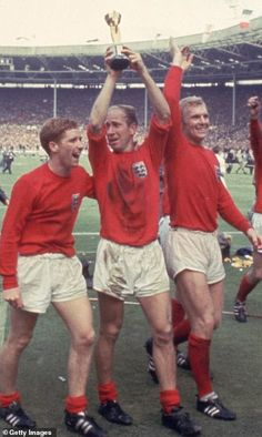 Sir Bobby Charlton survived the Munich Air Disaster and went on to win the 1966 World Cup England National Football Team, England Football, Retro Football, World Football, English Football Teams, British Football, England Badge, English National Team, Munich Air Disaster