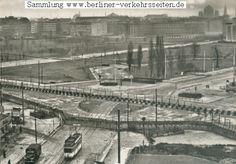 1961 Berlin - Potsdamer Platz. November 1961: Der Straßenbahntriebwagen der BVG-West endet wie schon seit 1953 an der Sektorengrenze. Die 1961 errichteten Sperranlagen verhindern nun zunächst allen Berlinern den Übergang, die S-Bahnzugänge sind geschlossen.
