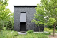 A Striking Enclave Of Black-Wood Cabins In Upstate New York - IGNANT Small Cottage Homes, Small Cottages, Cottage House, Hudson Valley, Black Building, Journal Du Design, Wood Shingles, Small Buildings, Black Exterior