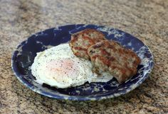 Theis homemade turkey sausage is perfect for a well-rounded morning meal, and the sausage is lower in fat and calories than pork sausage. Homemade Turkey Sausage, Sausage Recipes, Meat Recipes, Cooking Recipes, Yummy Recipes, Cooking Tips, Turkey Breakfast Sausage, Breakfast Meat