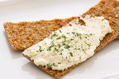 El queso crema, o requesón, es un ingrediente que se utiliza en infinidad de recetas (dulces y saladas), y muchas veces se recurre a él como sustituto de la crema doble, para lograr preparaciones más livianas. Si eres de los que incorporan el queso crema en cualquier receta, quizás te sea &