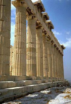 También conocido como templo de Niké Áptera o de la Victoria Áptera. Se encuentra en un promontorio adelantado en la parte sur occidental de la Acrópolis.