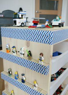 Selbst gebastelter Lego Tisch mit toller Deko und Ablage für Lego Figuren