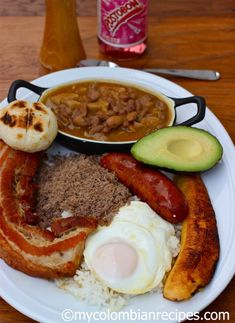 La Bandeja Paisa --- 10 Traditional Colombian Main Dishes You Must Try Colombian Dishes, My Colombian Recipes, Colombian Cuisine, Latin American Food, Latin Food, Comida Latina, Columbian Recipes, Empanada, Caribbean Recipes