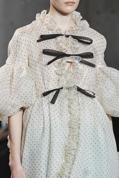 Giambattista Valli Spring 2020 Ready-to-Wear Fashion Show Details: See detail photos for Giambattista Valli Spring 2020 Ready-to-Wear collection. Look 150 Fashion Details, Look Fashion, Fashion Show, Fashion Outfits, Fashion Design, Fashion Week, Fashion 2020, Runway Fashion, Spring Fashion
