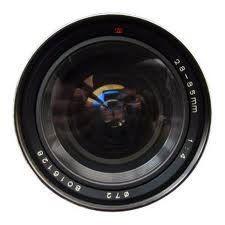 La lente de una cámara fotográfica y cursos de fotografia a distancia.