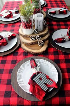 Plaid Christmas Table Ideas Great plaid Christmas table ideas for your holiday home. I love the lumberjack plaid used in this gorgeous Christmas tablescape. Christmas Table Centerpieces, Christmas Table Settings, Christmas Tablescapes, Holiday Tables, Christmas Decorations, Christmas Party Table, Tree Decorations, Holiday Parties, Christmas Wreaths