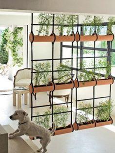 Hangende plantenwand als roomdevider