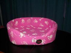 cucha rosa con detalles en blanco