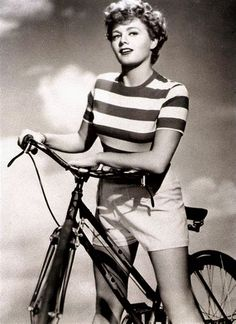 Shelley Winters (born August 1920 – January was an American actress whose career spanned almost six decades. Hollywood Stars, Classic Hollywood, Old Hollywood, Hollywood Actresses, Actors & Actresses, Classic Actresses, Lilli Palmer, Cycling Magazine, Gloria Dehaven