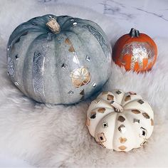 Pumpkins are just too cute when you add a little paint and Flash to them! Digging @erikabrechtel's take on this clever #flashtatDIY using our 'Sheebani' and 'Sofia' tats.
