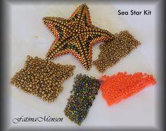 BRICOLAGE - étoile de mer Kit Tri-color - matière et tutoriel Peyote Beading, Beadwork, Bead Jewellery, Diy Jewelry, Beading Tutorials, Beading Patterns, Peyote Stitch, Ankle Bracelets, Bracelet Designs