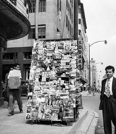 Un puesto de revistas en la esquina de la avenida Juárez y Azueta, frente al Hotel del Prado, en 1953. Este edificio resulto dañado con los sismos de 1985, y fue demolido poco después; el Edificio Aztlán, que se aprecia detrás del puesto, colapsó durante la tragedia, mientras que su vecino, el Edificio Beaumont, aún existe FOTO: Juan Guzmán, Colecciones Fotográficas Fundación Televisa