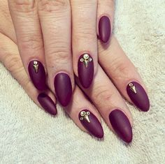 13 Plum Nails - A matte finish with gold studs to bring out the bling. Gold Acrylic Nails, Gold Nails, Bridal Nails, Wedding Nails, Cute Nails, Pretty Nails, Plum Nails, Plum Wedding, Almond Nails Designs