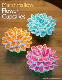 So awesome and easy to make! Marshmallow flower cupcakes! Click for step-by-step instructions