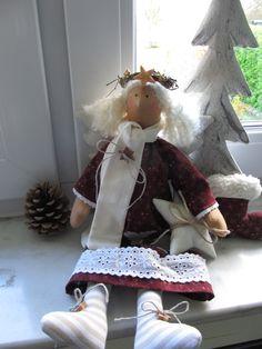 Der niedliche Weihnachtsengel trägt ein Kleid mit Spitze und einem applizierten Rentier. Mit seinem Schal und dem Weihnachtsstern unter seinem Arm sieht er wahnsinnig süß aus.  Eine...