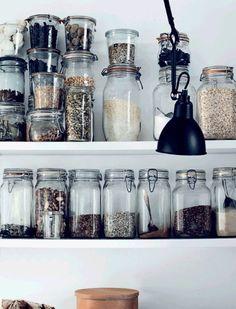 Des rangées de bocaux, mis en évidence sur une étagère, sont non seulement pratiques mais ils investissent la cuisine en lui donnant un petit air rétro. Seul bémol, qu'ils ne tombent pas !