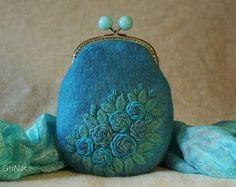 Felted purse with self colored embroidery detail. Felt Purse, Diy Purse, Fashion Handbags, Fashion Bags, Design Bleu, Fabric Handbags, Little Doll, Vintage Purses, Fabric Jewelry