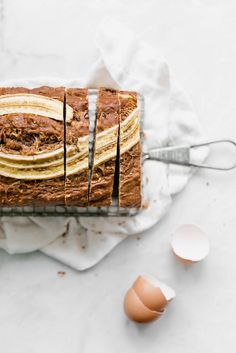 A super moist Carrot Cake Banana Bread made with coconut, carrots, cinnamon, and… Carrot Banana Cake, Moist Carrot Cakes, Baking Recipes, Cookie Recipes, Dessert Recipes, Broma Bakery, Delicious Desserts, Yummy Food, Holiday Desserts