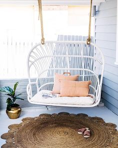 Such a warm welcome for any home  #frontporch #loveseat | chair @byronbayhangingchairs | cushions  @ozdesignfurniture | rug @adairs | fiddle fig @topicalempire #thehillsarealivewithrenofive