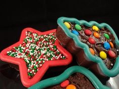A Really Wonderful Fudge Recipe For These Fudge Filled Cookie Cutters Christmas Fudge, Christmas Desserts, Christmas Treats, Christmas Baking, Christmas Cookies, Xmas Food, Homemade Christmas, Christmas 2019, Chocolate Candy Recipes